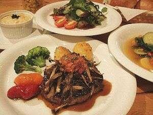 ニセコの農家さんが心を込めて育てた旬野菜がたっぷり盛り込まれた夕食