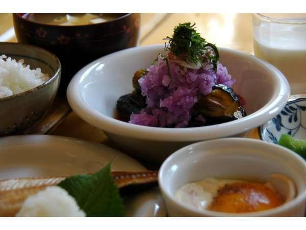 北海道の旬の食材にこだわった彩り鮮やかな手作り朝食