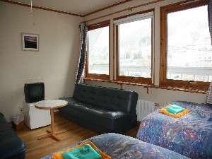 大きな窓が印象的な落ち着いた雰囲気の客室