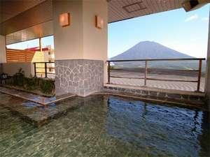 露天風呂からはニセコの自然や蝦夷富士「羊蹄山」を眺められる