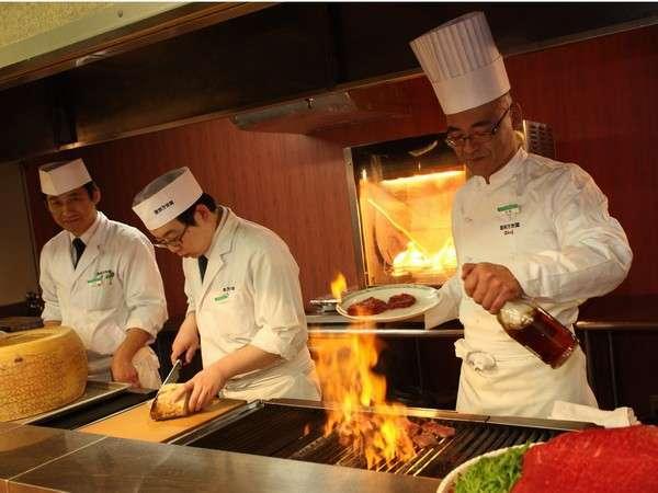 ステーキや天ぷらなど、シェフが目の前で腕を振るう