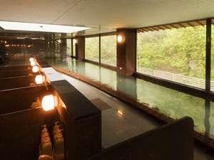 天窓から明るい陽射しが入り、心和む湯欲が満喫できる辛夷館8階大浴場。