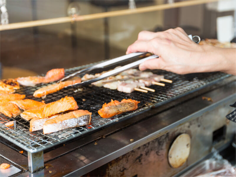 朝食は函館湾の眺望を楽しみながら炭火焼の魚を味わえる