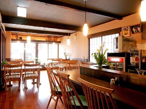 朝食、夕食はこちらで。落ち着いた雰囲気の中で料理をお楽しみください