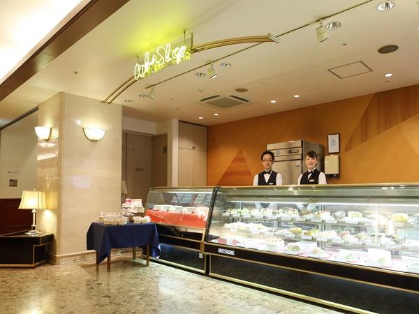 ホテル1階にはケーキショップもある
