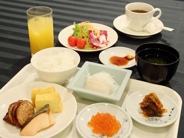 和洋ブッフェスタイルの朝食は函館名物イカ刺しやいくらなどを味わえる