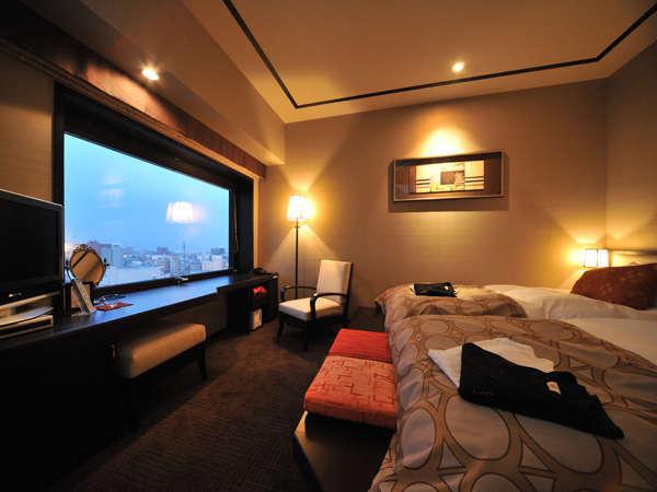 客室ではベッドに座ったまま大きい窓から眺望が楽しめゆったり寛げる