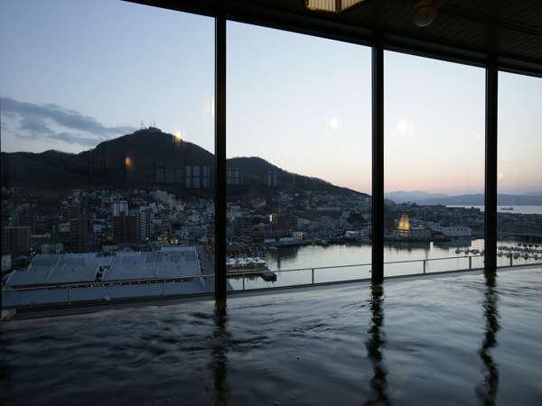 大浴場内湯からも函館山と函館港を見渡せる