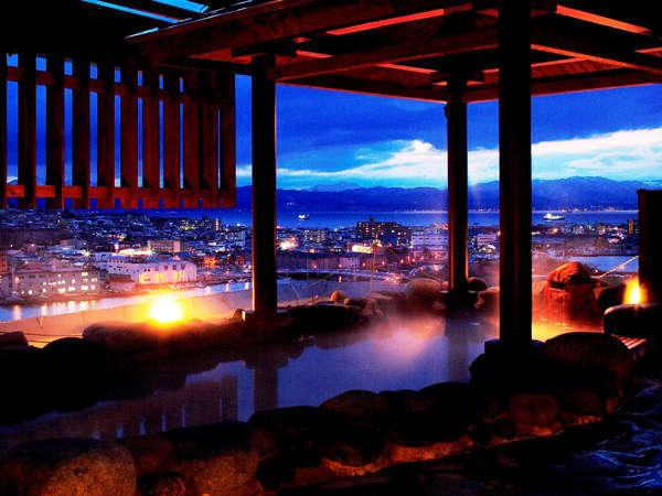最上階の天然温泉露天風呂からは函館の夜景が楽しめる