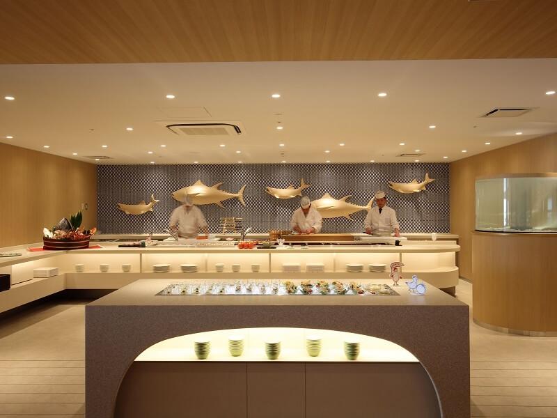函館ならではの海の幸、 その場でシェフが作るオープンキッチン