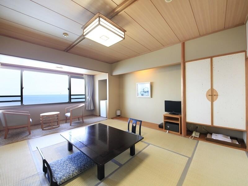 海が見える大きな窓が特徴的な広々とした和室