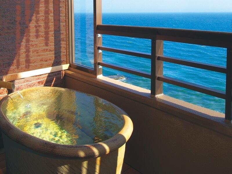 海に面した22室の客室露天風呂を完備したお部屋で、贅沢な時間を満喫