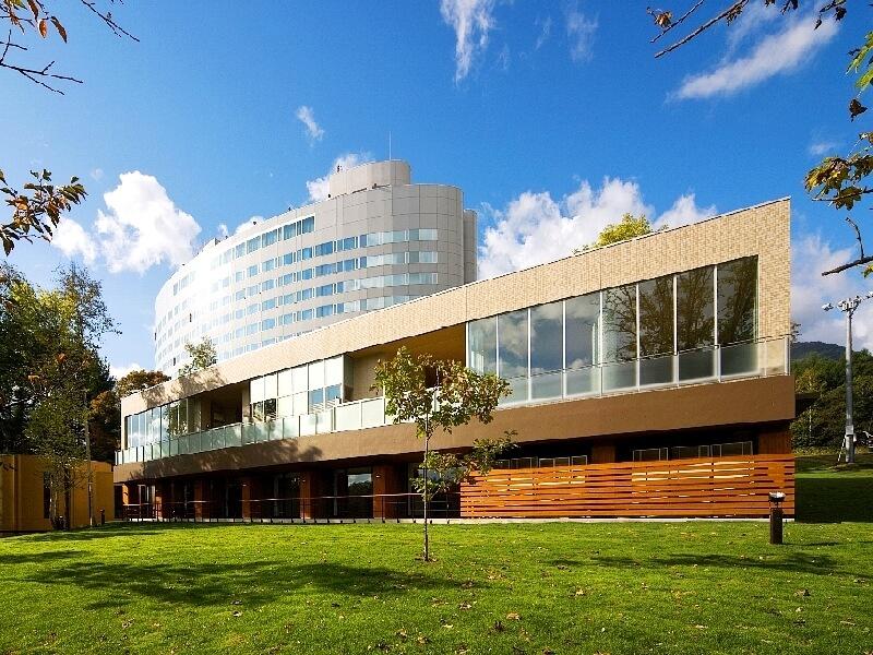 大自然と美しく調和し、四季折々の富良野の景観を楽しめるホテル