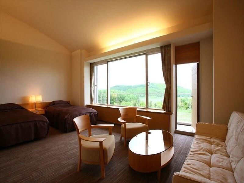 全室マウントビューの客室で富良野の四季を眺められる