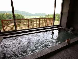 3F大浴場からは雄大な十勝岳連峰の景色を一望できる