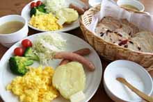 天然酵母を使ったパンと新鮮野菜が並ぶ朝食