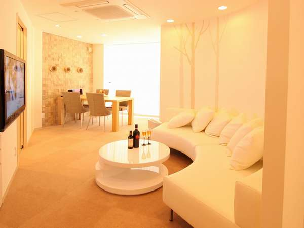 【ハイクラスルーム・シロフクロウ】白を基調とした明るい空間。