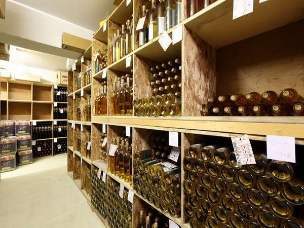 手造りワイン工房で醸造されるオリジナルワインが並ぶワイナリー