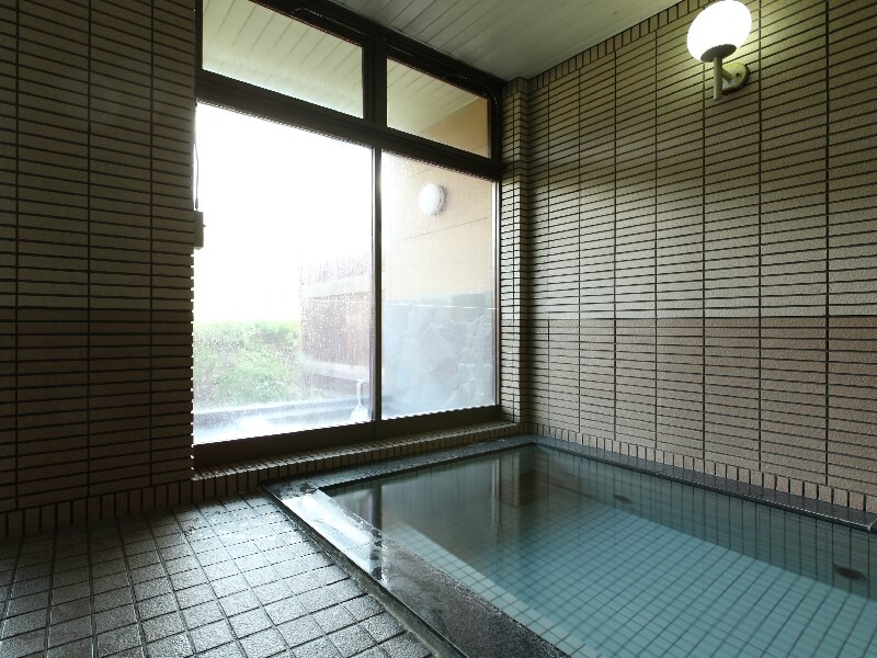「ブラックシリカ」を浴槽内に沈めた人工温泉浴場