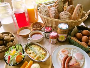 こだわりパンやさくら卵など、食材を富良野産・北海道産にこだわった朝食