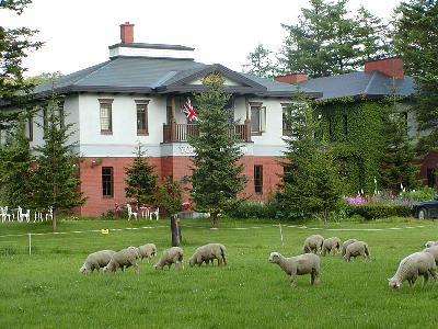 羊牧場とローズガーデンに囲まれたレンガ造りの洋館