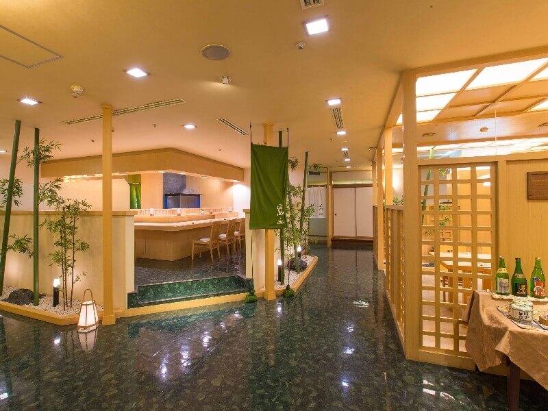 夕食に利用できる「和食処 嵐山」では旬の一品料理や会席料理を味わえる