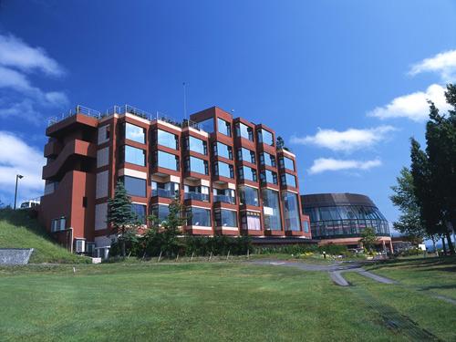 ゴルフコースと温泉施設が併設されたリゾートホテル。