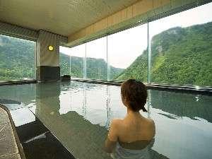 窓一面にダイナミックな景色を楽しめる大浴場