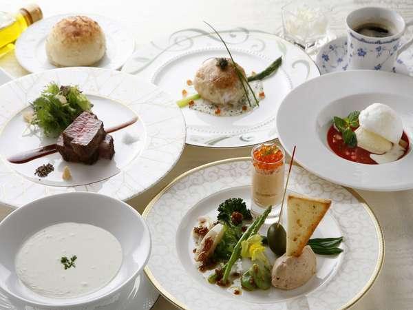ディナーは、フレンチのフルコース料理、又は、和食の鉄板焼き+鍋コース