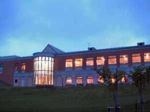 見晴らしの良い高台に位置する公共の宿。夜になるとライトアップされる青の