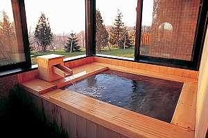 温泉風呂付客室の檜風呂