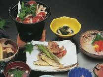 山菜や川魚など、地元の新鮮な素材を生かした料理