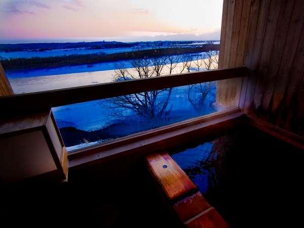 十勝川河畔の美しい風景が楽しめる露天風呂付客室がある