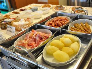 サービスの朝食は、地元の旬の食材にこだわった35品以上のバイキング