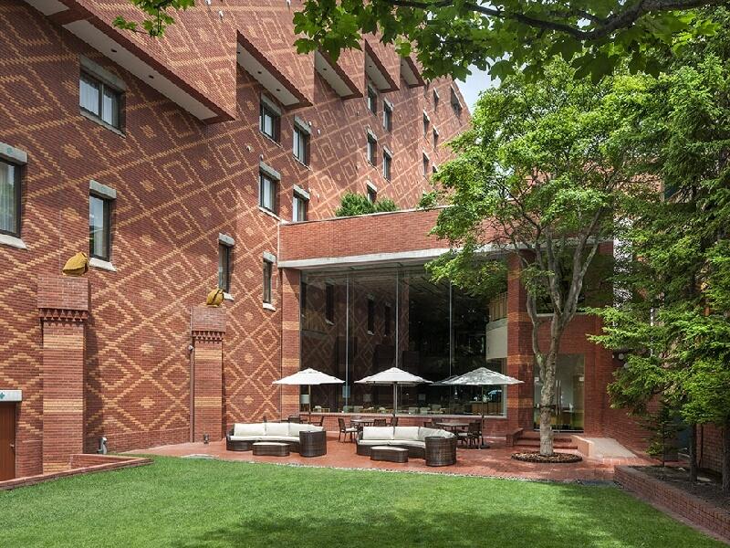 緑豊かな森に包まれたレンガ造りの寛ぎの空間が広がるホテル