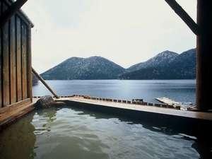 湖を一望できる湖畔露天風呂