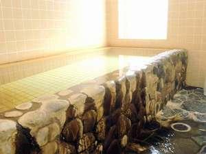 貸切風呂では、源泉かけ流し天然温泉を岩風呂で楽しめる