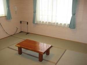 足を伸ばしたり横になったり、リラックスできるシンプルな和室