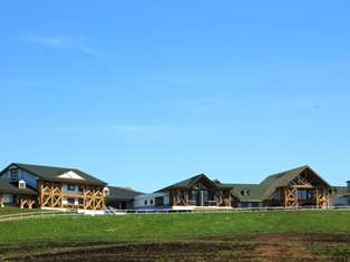 木のぬくもり溢れるロッヂ風ホテル。露天風呂から眼下に広がる牧場と太平洋は北海道の雄大な自然そのもの。