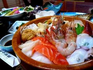 新鮮な海鮮が盛りだくさんの食事