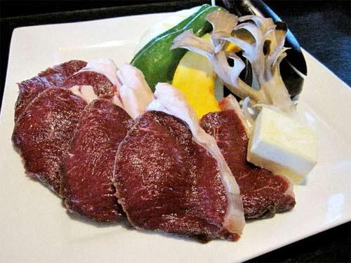 臭みもなく柔らかい鹿肉を自家製のタレにつけて召し上がり下さい