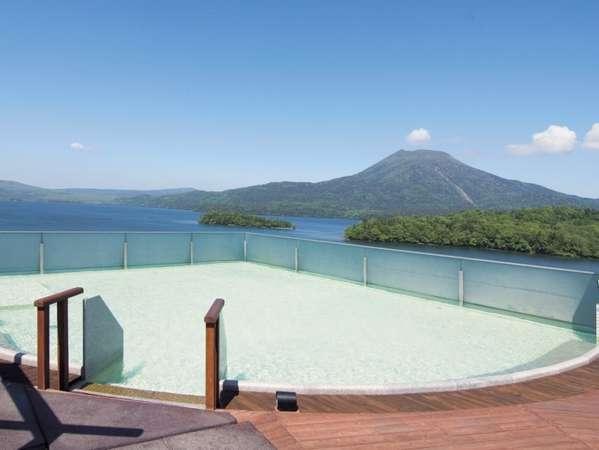 8F露天風呂からは阿寒湖の絶景を楽しむことができる