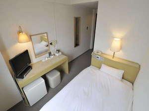 少しゆとりのあるセミダブルサイズのベッドを設置したシングルルーム
