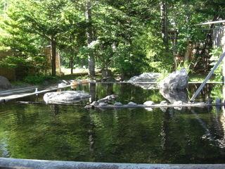 自然に囲まれた開放感ある広々とした露天風呂