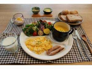 朝食は地元野菜と北海道産小麦を使った自家製パン。