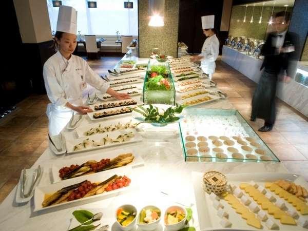 夕食は地元の魚介や契約農家から届く野菜など、地産の食材がたっぷり