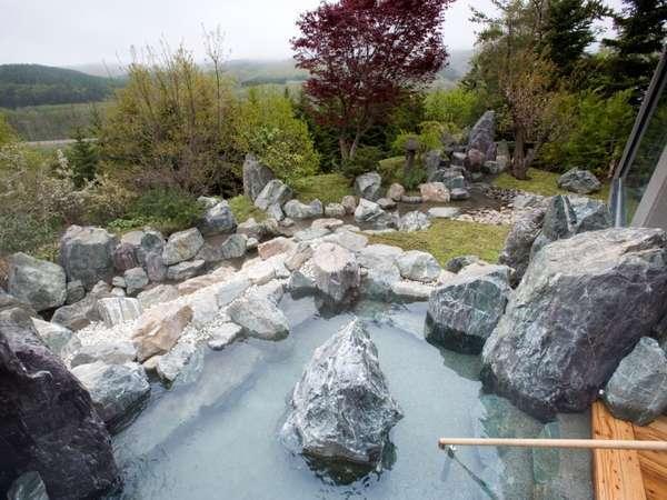 呼人の丘を望む、岩造りの露天風呂でゆったりと疲れを癒す