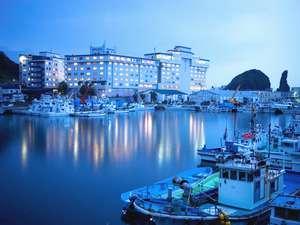 ウトロ港のそばに位置し、何もしない贅沢と非日常を体感できるホテル