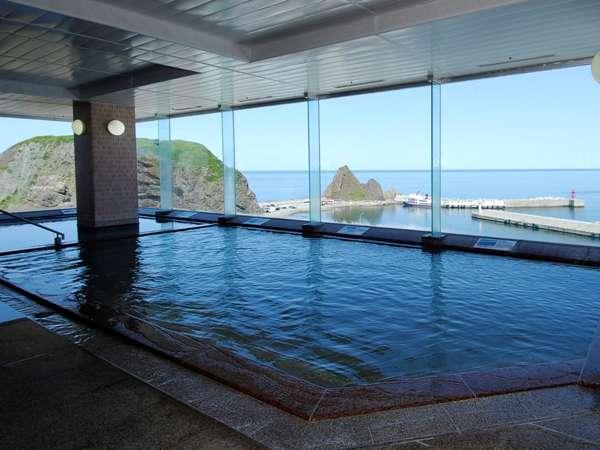 8階展望大浴場から観光船や漁船の行き交うウトロ港を望む。