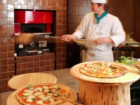 「知床テラスブッフェ」では本格石窯で焼きあげるピザが好評